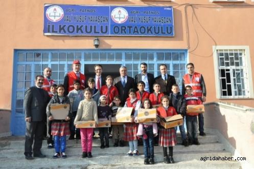 Patnos Kızılaydan Öğrencilere Ayakkabı Yardımı