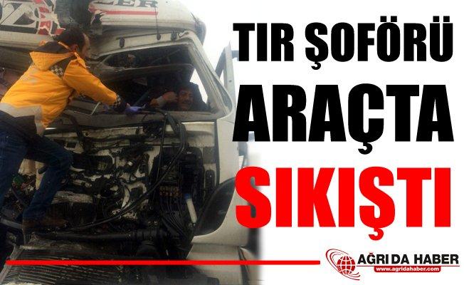 Ağrı'da Trafik Kazası: Tır Şoförü Araçta Sıkıştı