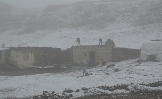 Yılın İlk Karı Tendürek Dağı Geçidi'ne Düştü