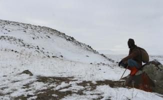 Dondurucu Soğuklarda Hayvanlarını Otlatıyor