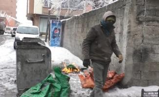 Yanmış Kömürleri Eleyip Satarak Ailesini Geçindiriyor