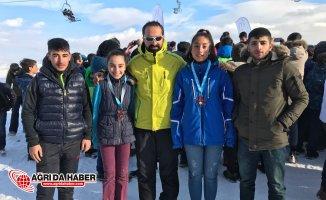 Ağrılı Kayakçılar Sarıkamış'tan Madalya İle Döndü
