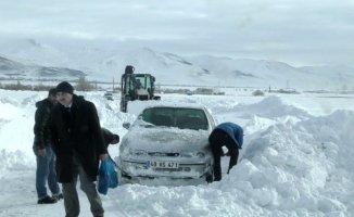 Ağrı dahil Doğu Anadolu Bölgesinde kar hayatı felç etti