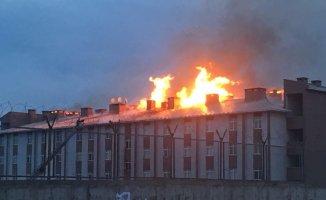 Ağrı'da Tugay Komutanlığında Korkutan Yangın! Çatı Cayır Cayır Yandı!