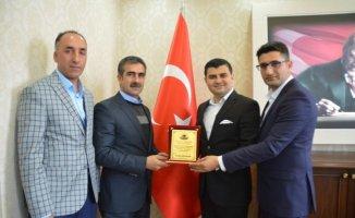 Eleşkirtspor yönetiminden Kaymakam Sarı'ya plaket