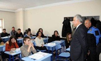 Vali Toprak destekleme kurs merkezini ziyaret etti