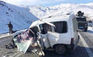 Yolcu otobüsüyle hafif ticari araç çarpıştı: 2 ölü, 4 yaralı