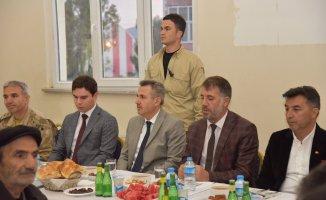 Vali Süleyman Elban Hamur'da vatandaşlarla iftar etti