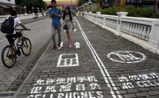 Telefona Bakarak Yürüyen Kişiler İçin Yeni Sistem