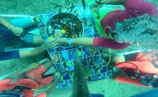 İzmir'de Denizin Altında Yemek Yediler
