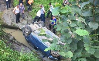 Rize'de Yolda Seyir Halindeki Araç Dereye Düştü