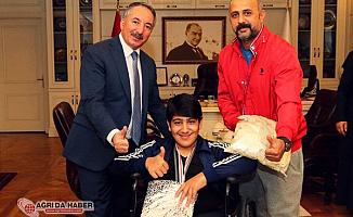 AİÇÜ Rektörü Prof. Dr. Karabulut, Başarılı Sporcuyu Kutladı