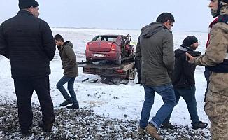 Kars'ta Otomobile Tren Çarptı! 3 Kişi Hayatını Kaybetti!