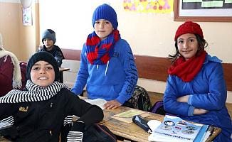 Ağrı Tutak'taki Öğrencilere Diyarbakır'dan Atkı Bere