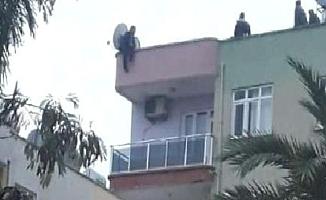Eşi Çiçeği Kabul Etmeyince Çatıya Çıktı!
