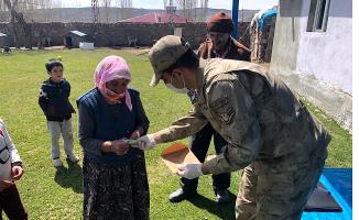 Ağrı'da Mehmetçik Devletin yardım elini Ucra köylere kadar ulaştırıyor