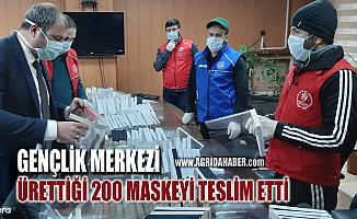 Ağrı Gençlik Merkezi Gönüllüleri Ürettikleri 200 maskeyi teslim etti