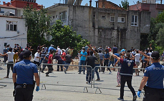 Antalya'da süre uzatıldı! Mahalleli Polise taş attı