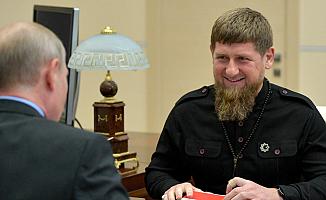Kadirov annesini öven çocuklara binlerce dolar dağıttı