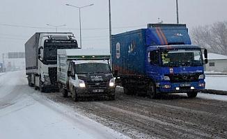 Ağrı'da Yoğun Kar Yağışı Şehri Beyaza Bürüdü