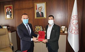Mehmet Faruk Tekin'den Yeşilay Ağrı'ya Plaket