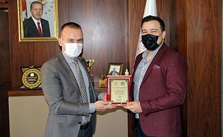 Mehmet Faruk Tekin'den Başarılı Avukata Plaket