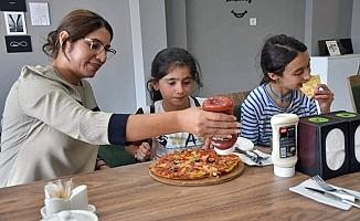 Yıldız Acar, köy çocuklarını misafir etti
