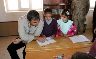 Diyadin'de Kaymakam Balcı Öğrencilere Mont Dağıtıldı