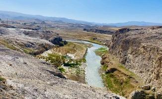 Diyadin'de Kudret Köprüsü doğal manzarasıyla büyülüyor