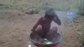 Kendini Ateş Üstünde Yıkayan Çocuk