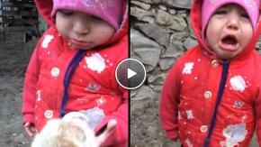 Ağrılı Minik Kız İle Yavru Keçinin Emzik Mücadelesi